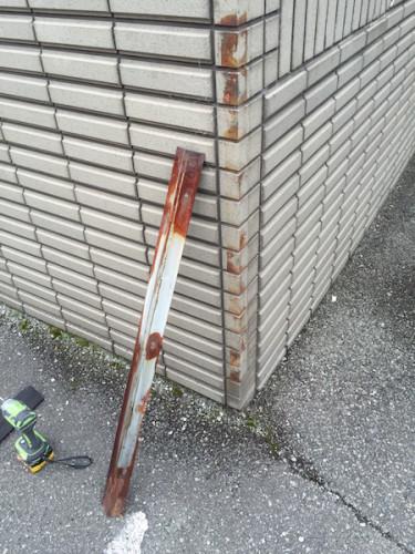 ボンデ鋼板のため錆びて、ビスも腐ってネジ頭が取れております。